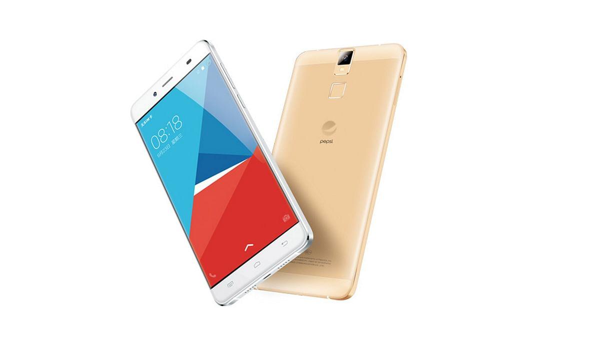 "Pepsi P1 smartphone. (Photo: <a href=""http://weibo.com/1800356282/D4B3g8XGf?type=comment#_rnd1447999236717"">Weibo</a>)"