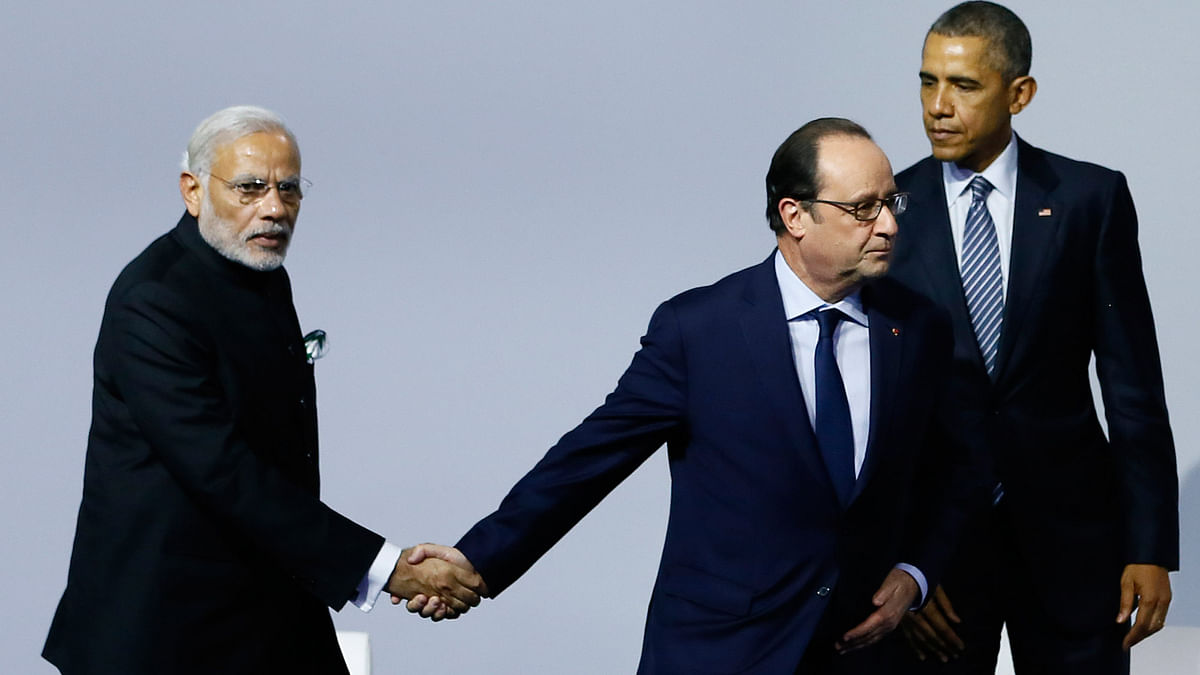 French President Francois Hollande, center, shakes hands with  PM Narendra Modi, left, as US President Barack Obama leaves the 'Mission Innovation: Accelerating the Clean Energy Revolution' meeting at the COP2, UN Climate Change Conference, in Paris, Monday, Nov 30 2015. (Photo: AP)