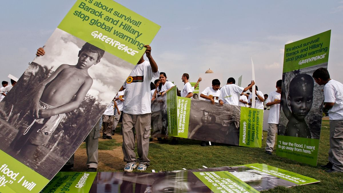 School children, brought together by Greenpeace for a climate change demonstration, carry placards near the venue where US Secretary of State Hillary Clinton is scheduled to meet India's foreign minister in New Delhi July 20, 2009. (Photo: Reuters)