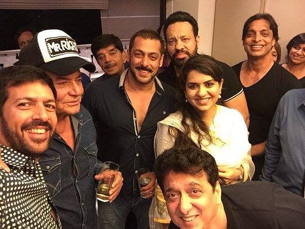 "Time for a selfie: Kabir Khan, Salim Khan, Salman Khan, Shaina NC, Shoaib Akhtar, Sajid Nadiadwala (below) and others join in (Photo courtesy: <a href=""https://www.facebook.com/ShainaNC/posts/912798988816519"">Facebook/ShainaNC</a>)"