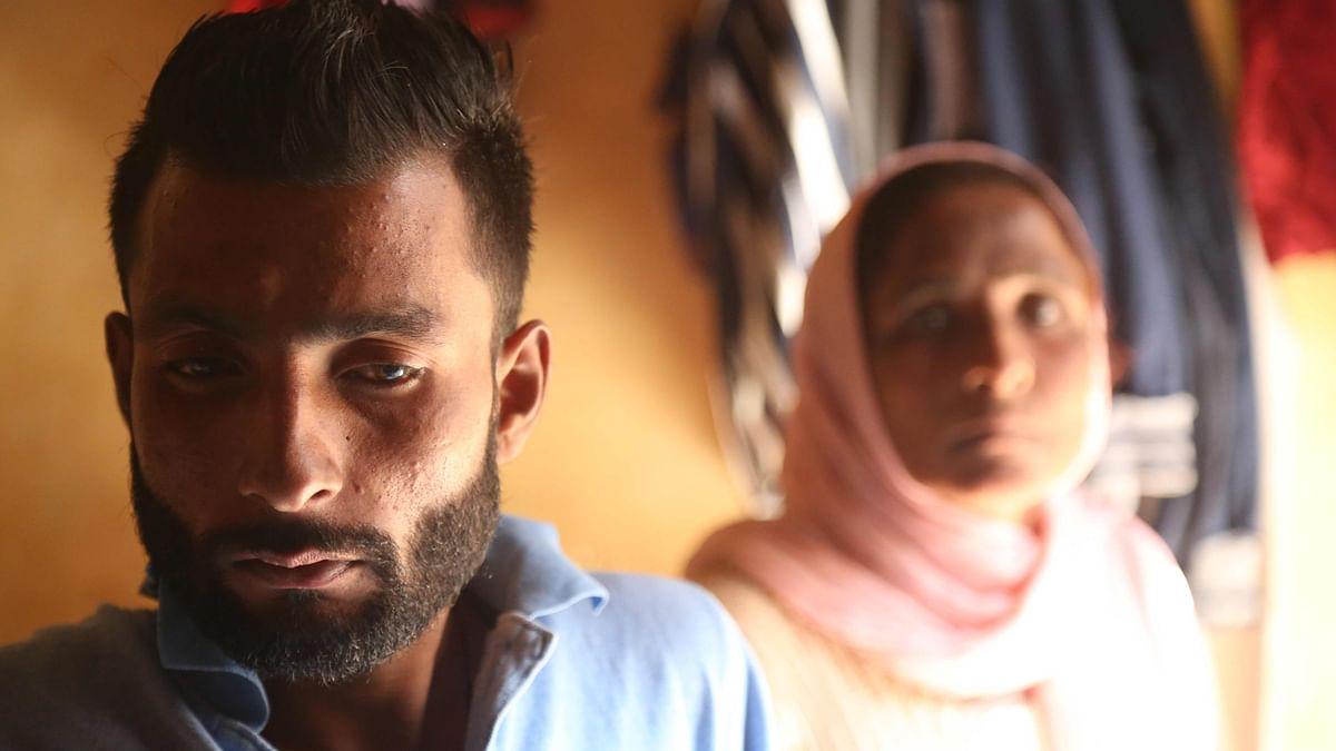 Harjit Masih (L) and his mother, Shindar (R). (Photo: Siddharth Safaya/<b>The Quint</b>)