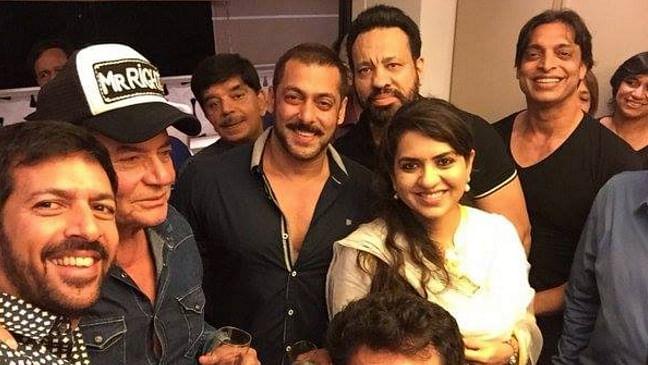 """Kabir Khan, Salim Khan, Salman Khan, Shaina NC and Shoaib Akhtar (Photo courtesy: <a href=""""https://www.facebook.com/ShainaNC/posts/912798988816519"""">Facebook/ShainaNC</a>)"""