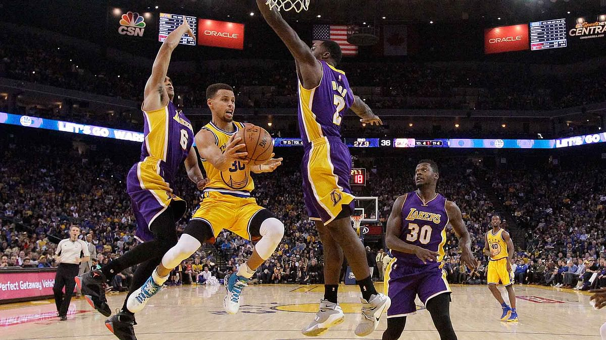 <a></a>Golden State Warriors guard Stephen Curry, center, looks to pass as Los Angeles Lakers guard Jordan Clarkson (6), forward Brandon Bass (2) and forward Julius Randle (30) defend during the first half of the game. (Photo: AP)