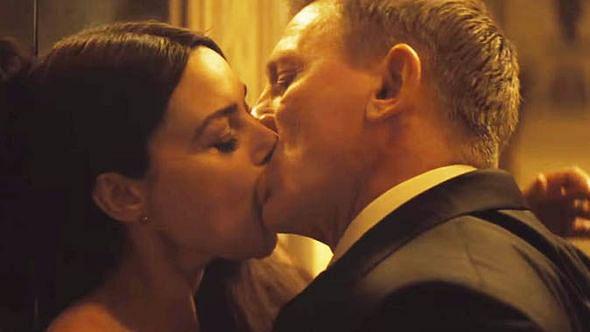 Monica Bellucci passionately kisses Daniel Craig in <i>Spectre</i>, but the CBFC isn't impressed. (Photo: Youtube screengrab)