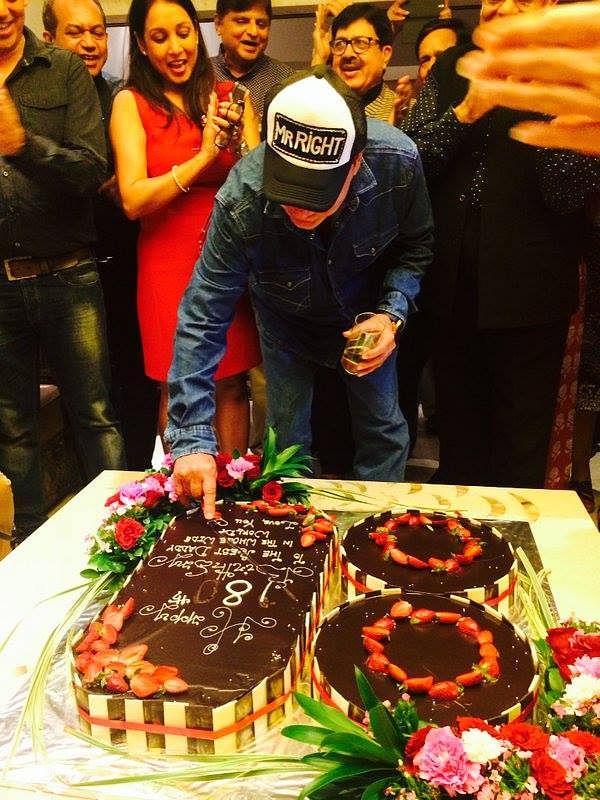 "Salim Khan checks out his cake before cutting it (Photo courtesy: <a href=""https://www.facebook.com/ShainaNC/posts/912798988816519"">Facebook/ShainaNC</a>)"