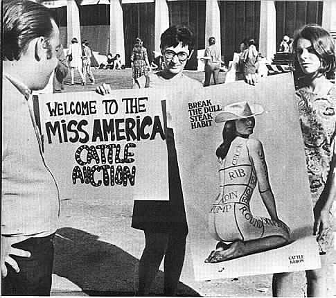 "Feminists protest against the Miss America pageant in 1968 (Photo: Twitter/<a href=""https://twitter.com/meeeranduhh/status/643428102534594560"">@meeeranduhh</a>)"