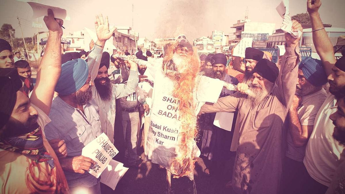 Sikhs burn an effigy of Punjab Chief Minister Parkash Singh Badal during a protest. (Photo: AP)