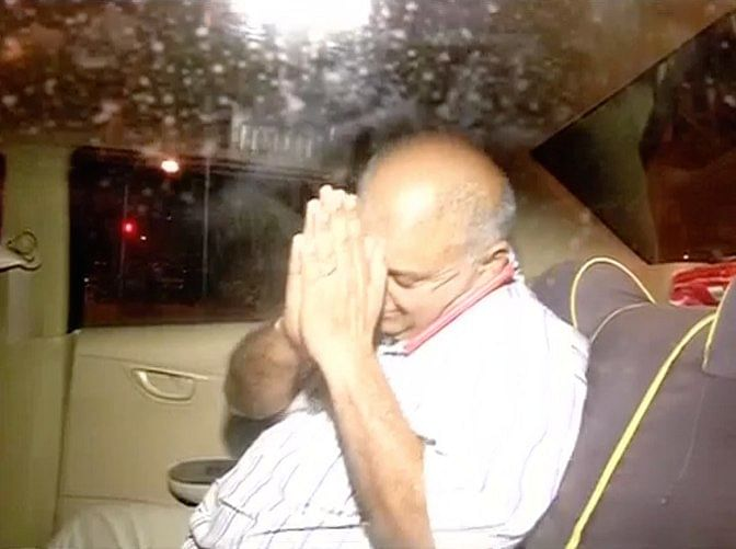 Peter Mukerjea leaving Khar police station after a 12-hour-long questioning session by the Mumbai police on September 2, 2015. (Photo: <b>The Quint</b>)