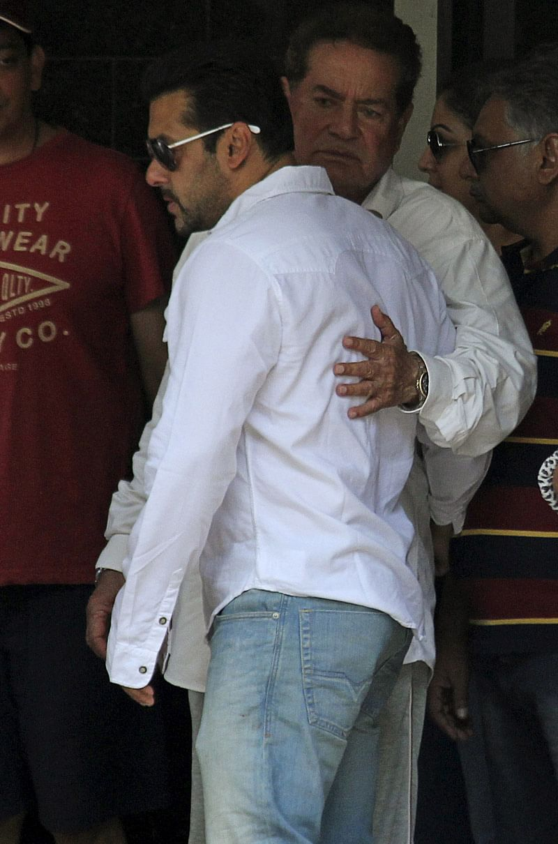 Actor Salman Khan (L) is embraced by his father Salim Khan as he leaves his house for court in Mumbai, Maharashtra, May 6, 2015. (Photo: Reuters)