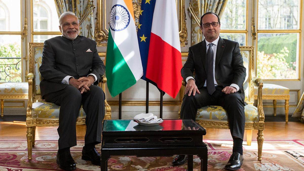 Prime Minister Narendra Modi (L) with French President Francois Hollande (R) at the Elysee Palace in Paris, France, 10 April 2015. (Photo: Reuters)