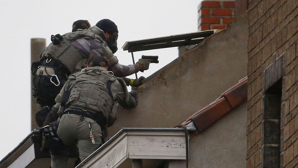 Belgian special forces police climb on a building during a raid in Brussels on November 16, 2015. (Photo: Reuters)