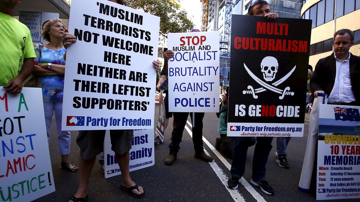 Protests outside a mosque in Sydney, Australia, 9 October 2015. (Photo: Reuters)