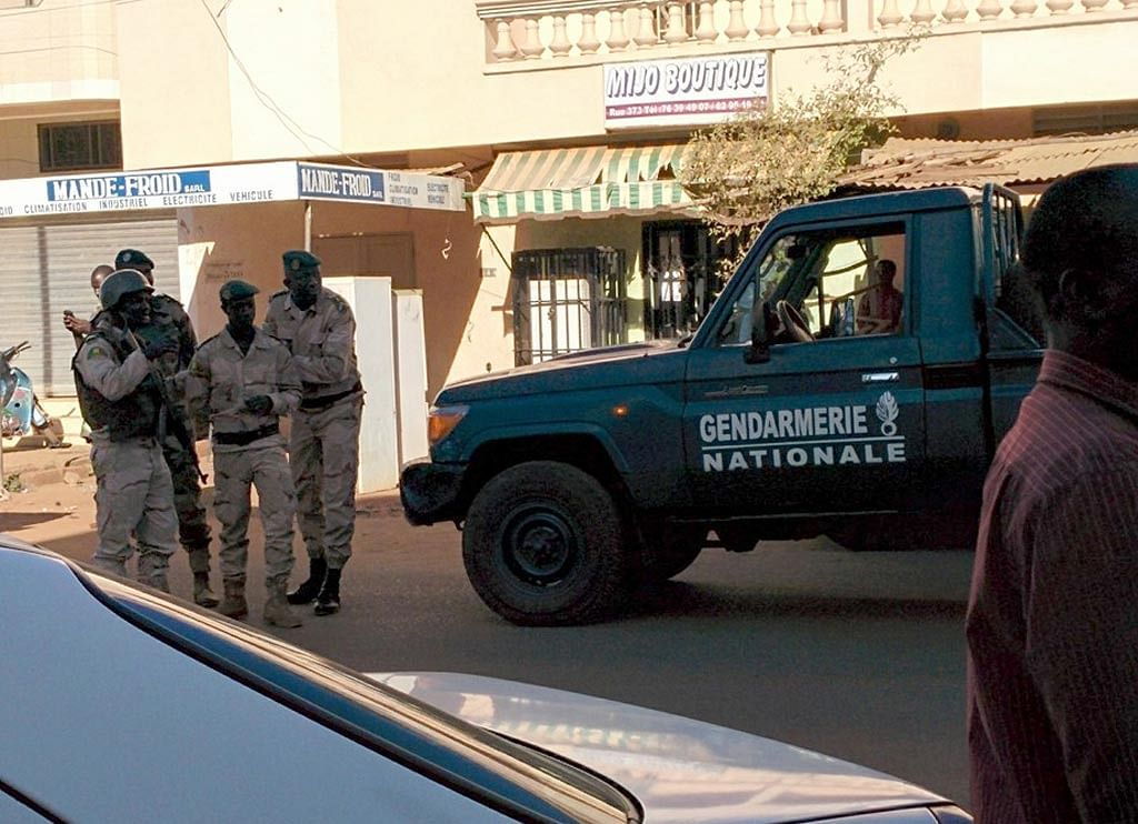 An image of security personnel at the Bamako hotel published on Malikahere.com. (Photo: AP)
