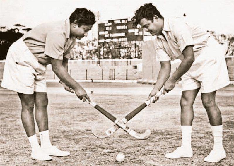 "Tamil stars Gemini Ganesan and Shivaji Ganesan playing hockey together (Photo: Twitter/<a href=""https://twitter.com/DarthVadai"">@DarthVadai</a>)&nbsp;"