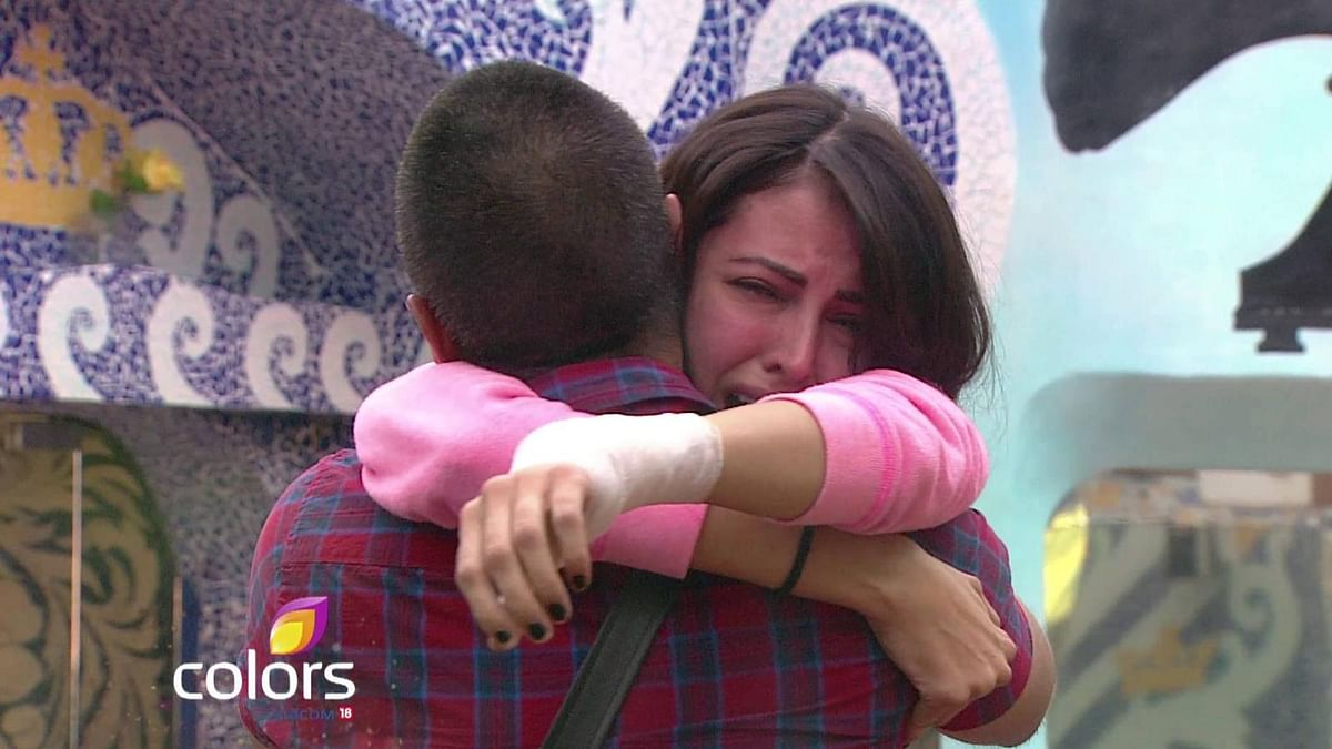 Mandana can't stop crying as she hugs Aman Verma before leaving the house