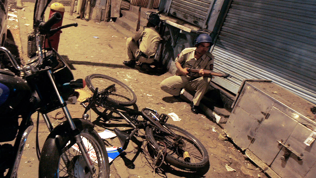 Police take up position at a blast site in Mumbai November 27, 2008. (Photo: Reuters)