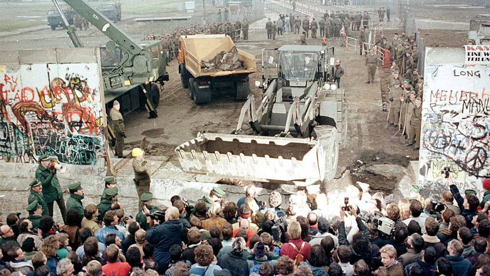 Bureaucrat Whose Blunder Brought Berlin Wall Down Dead at 86