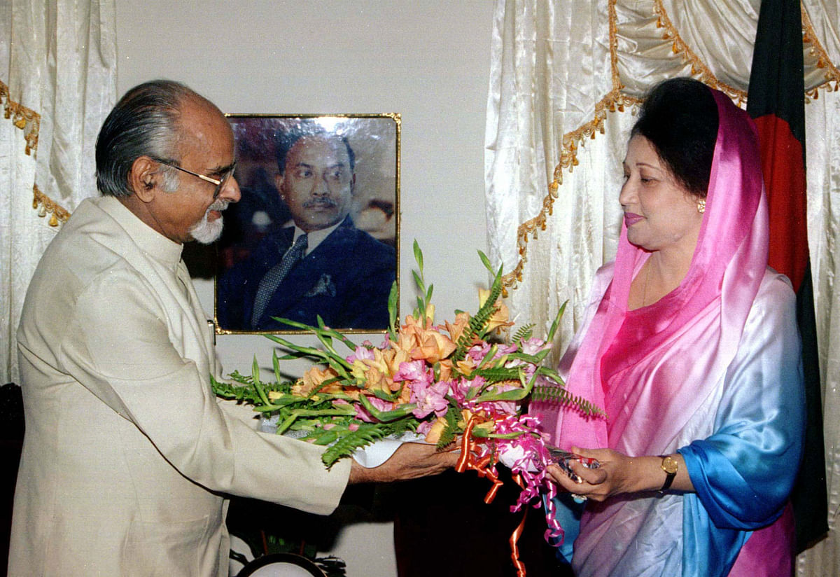 Former Indian PM IK Gujral with Bangladesh opposition leader Khaleda Zia. (Photo: Reuters)