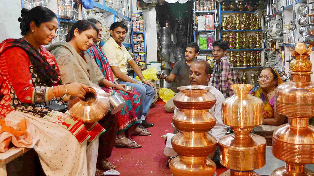 """People buying crockery items on the occasion of """"Dhanteras"""" festival in Allahabad on Monday. (Photo: PTI)"""