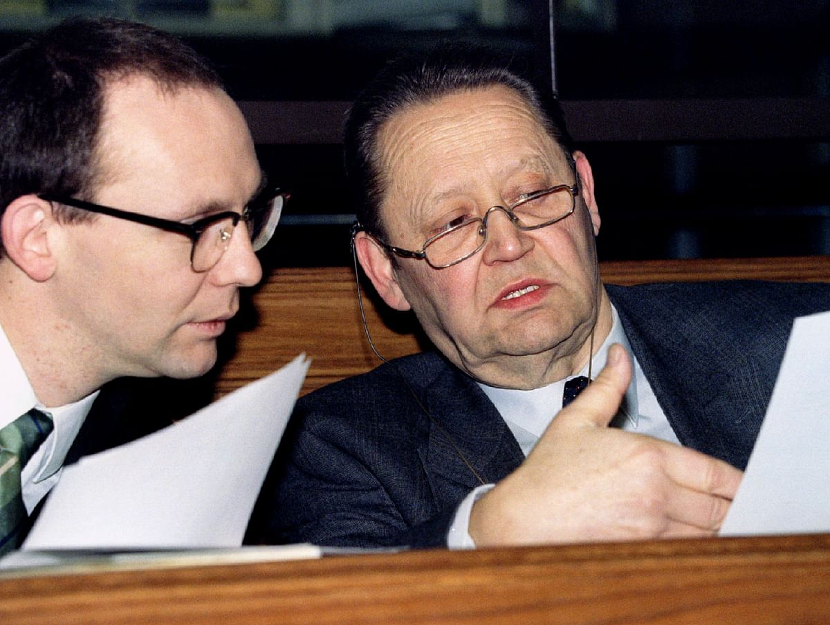 """Former East German politburo Guenter Schabowski (R) talks with his lawyer Peter Dancker (L) prior to the trial against him and five other members of the last """"Politburo"""" in Berlin. (Photo: Reuters)"""