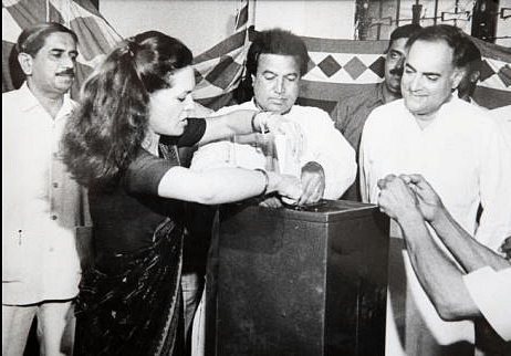 """Sonia Gandhi with Rajiv Gandhi (right), a day prior to his assassination. (Photo Courtesy: Twitter/ <a href=""""https://twitter.com/arunmsk"""">@arunmsk</a>)"""