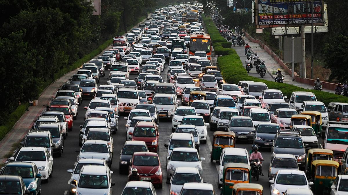 Traffic moves at dusk in New Delhi which has earned  the title of the world's most polluted city. (Photo: AP)