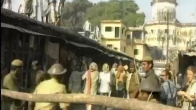 Then: A wooden barrier did little to prevent kar sevaks from storming into Hanuman Garhi. (Photo: The Quint)