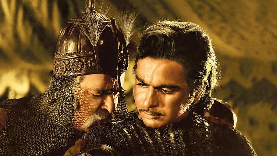 Dilip Kumar with Prithviraj Kapoor in <i>Mughal E Azam. </i>(Photo Courtesy: Screen grab of<i>  Mughal-E-Azam</i>)