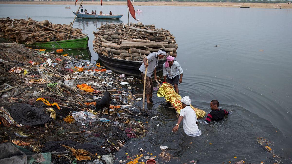 The polluted banks and waters of the river Ganga at Varanasi. (Photo: Reuters)