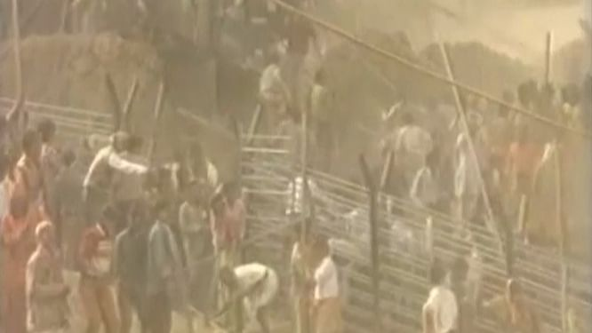Once the barrier was broken, there was no stopping the kar sevaks from storming the disputed structure. (Photo: The Quint)