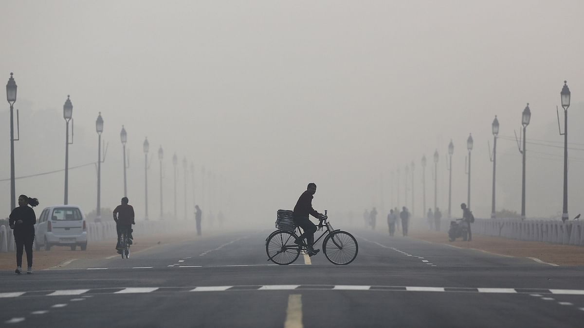 A newspaper vendor rides his bicycle on a smoggy morning in New Delhi, December 1, 2015. (Photo: Reuters)