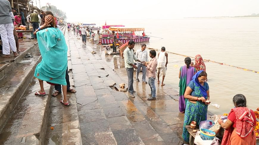 The symbolic kar seva entailed taking water and mud from the Sarayu river and clean the platform constructed illegally near the disputed structure. (Photo: The Quint)