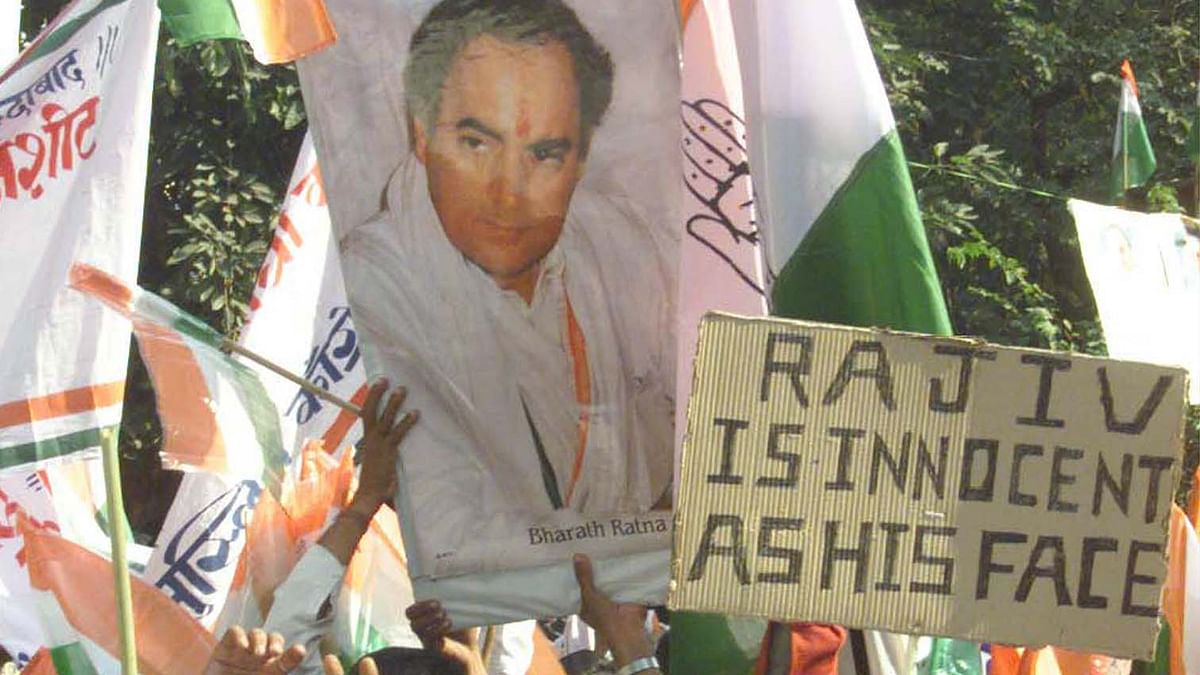 Congress workers protest against Rajiv Gandhi's name was included in the list of those charged in the Bofors scam in November 1999. (Photo: Reuters)