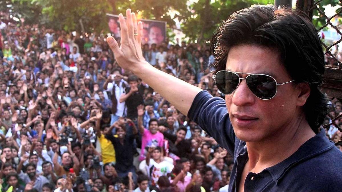 "Shah Rukh Khan waves out to his fans (Photo courtesy: <a href=""https://www.youtube.com/watch?v=ESwc6Am0EwQ"">YouTube</a>)"