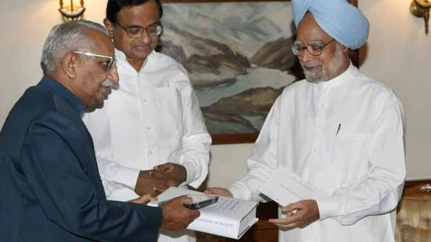 Justice MS Liberhan submits the one-man Commission report on the demolition of the Babri Masjid to Prime Minister Manmohan Singh on June 30, 2009. (Photo: PTI)