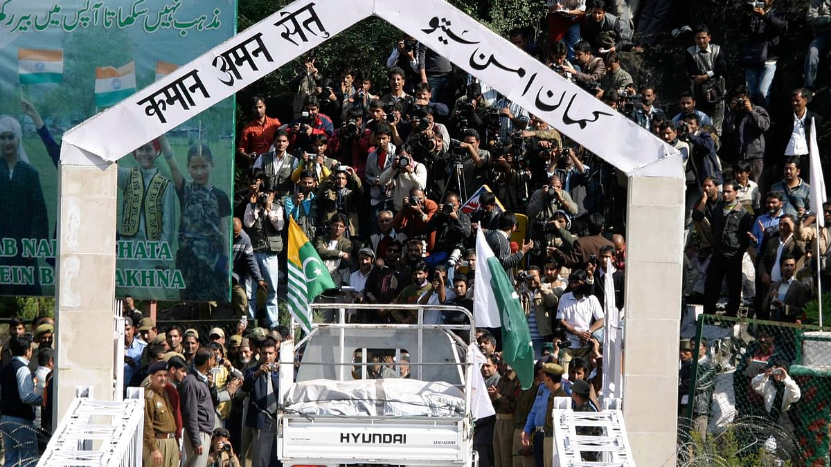A truck  carrying fruits and vegetables from Pakistan-administered Kashmir enters  Kashmir at the peace bridge on the Line of Control in Chakoti, Muzaffarabad, capital of Pakistan-occupied-Kashmir. (File photo: Reuters)