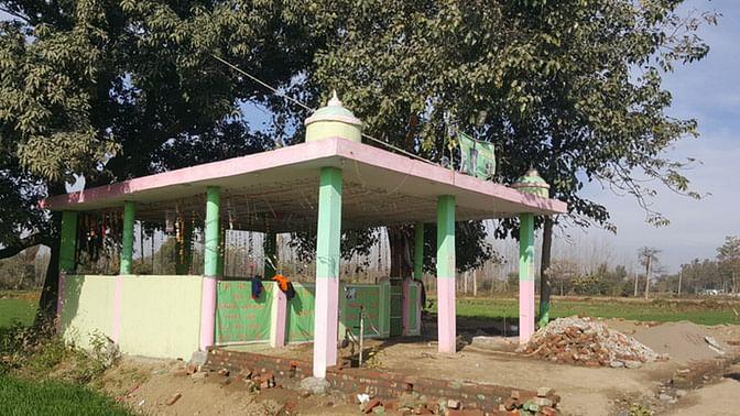 The non-descript shrine of a peer at Taloor village where Gurdaspur SP Salwinder Singh, his jeweller friend Rajesh Verma and cook Madan Gopal visited. (Photo: <b>The Quint</b>)