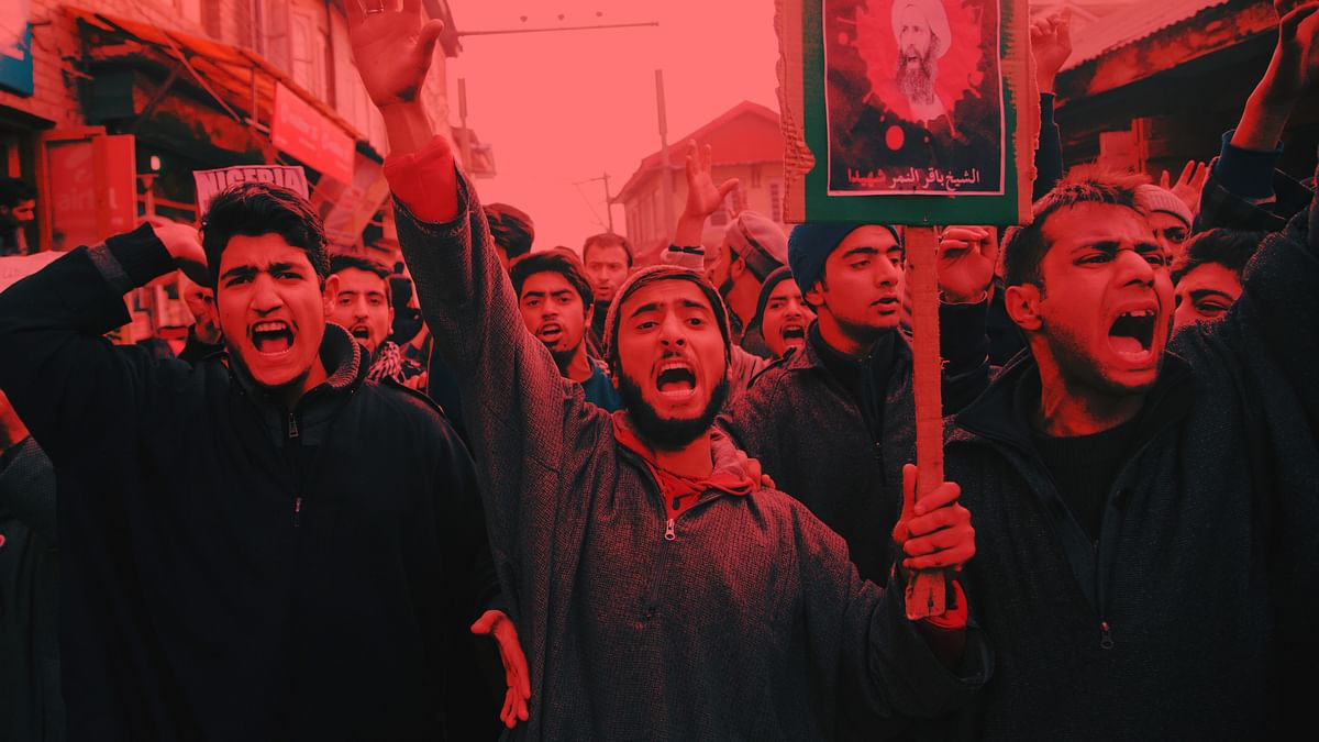 Kashmiri Shiite Muslims carrying a placard with the portrait of Sheikh Nimr al-Nimr, shout slogans during a protest in Srinagar. (Photo Treatment: The Quint)