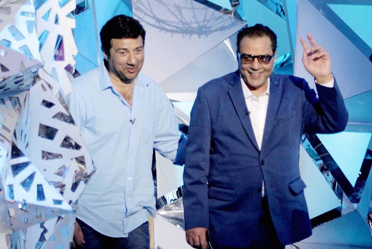 Sunny with dad Dharmendra on Amitabh Bachchan's TV show <i>Aaj Ki Raat Hai Zindagi </i>(Photo: Yogen Shah)
