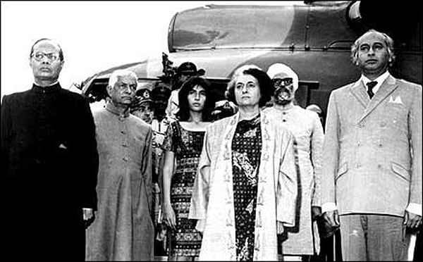 "Zulfiqar Ali Bhutto with Indira Gandhi. (Photo Courtesy: Facebook/<a href=""https://www.facebook.com/groups/2343514934/photos/"">Zulfikar Ali Bhutto</a>)"