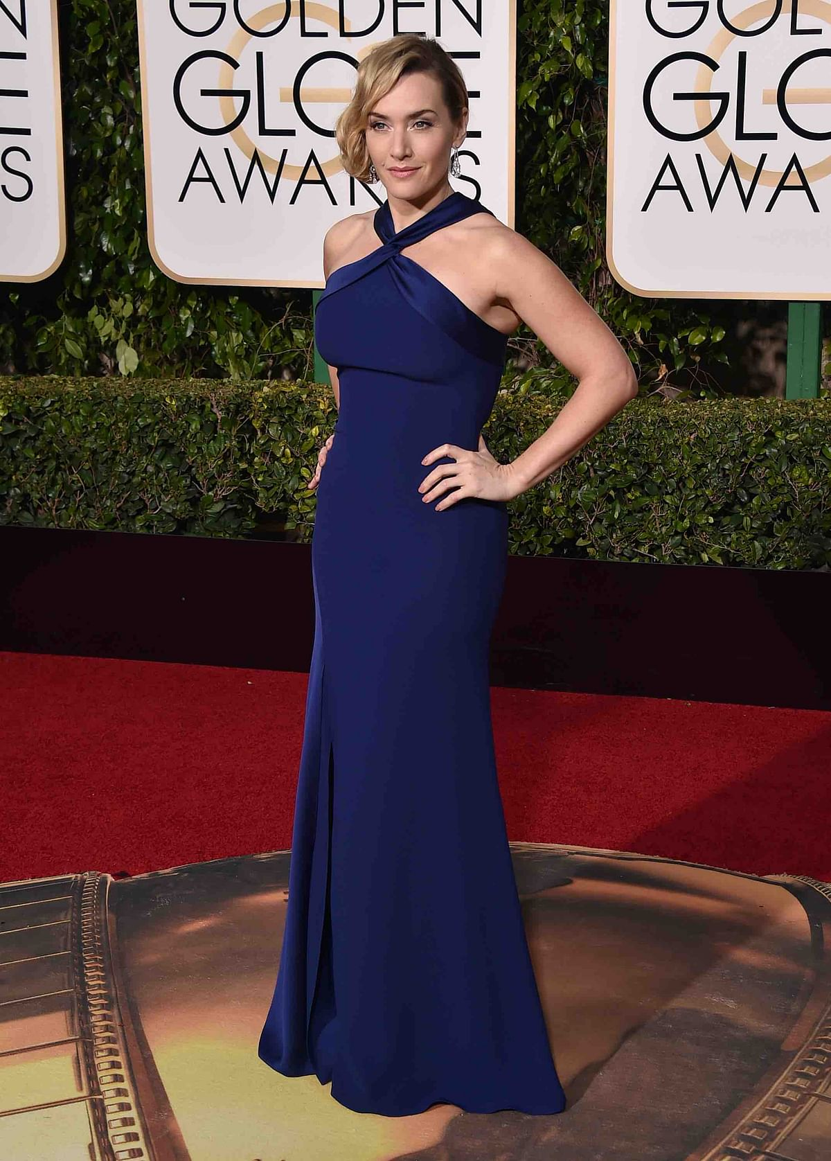 Kate Winslet in a figure-flattering custom Ralph Lauren midnight blue number (Photo: APT)