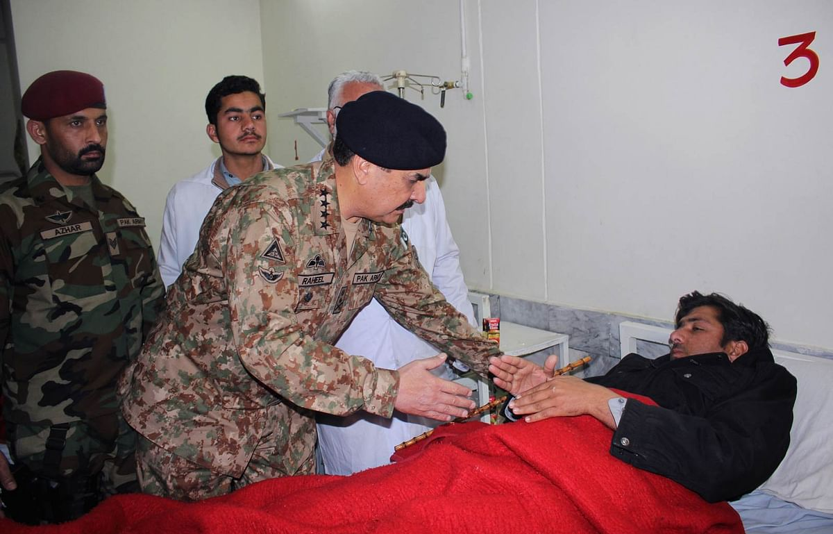 Pakistan army chief General Raheel Sharif meets a person injured in the TTP attack on Bacha Khan university. (Photo: AP)