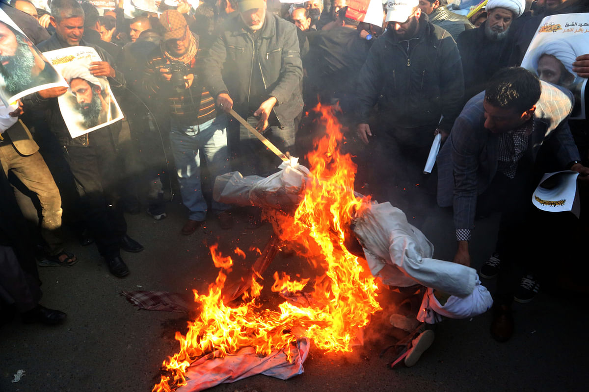 Followers of Shiite cleric Muqtada al-Sadr burn an effigy of King Salman of Saudi Arabia (Photo: AP)