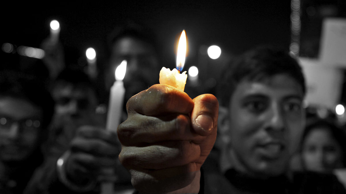 Students take part in a candlelight vigil in Chandigarh, for the Indian soldiers killed in Pathankot air base attack. (Photo: Reuters/Altered by <b>The Quint</b>)