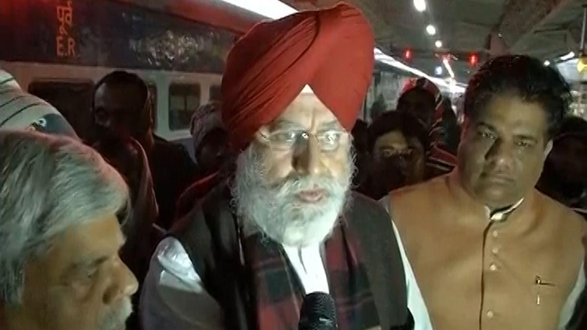 BJP leader SS Ahluwalia at the railway station in Malda. (Photo Courtesy: ANI Screen Grab)