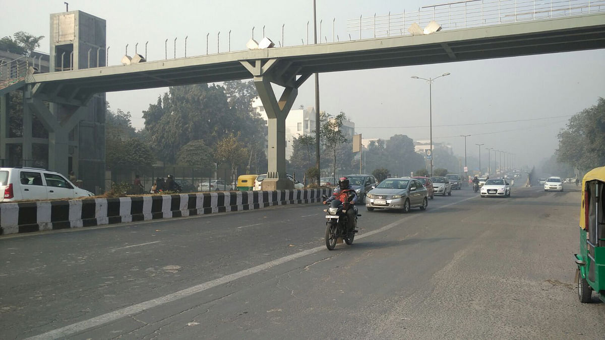 Rush hour on the Outer Ring Road. (Photo: Aviral Virk/<b>The Quint</b>)