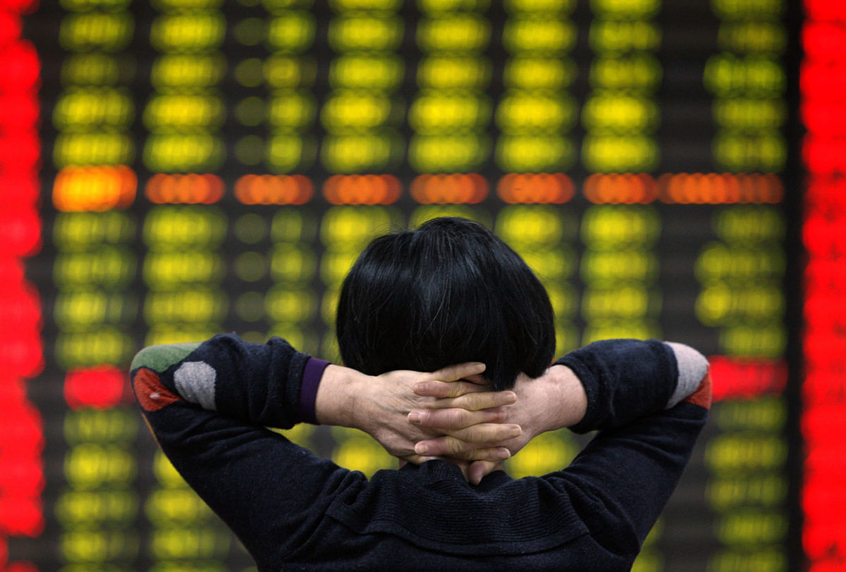 A Chinese investor looks at the alarming stock market numbers. (Photo: AP)