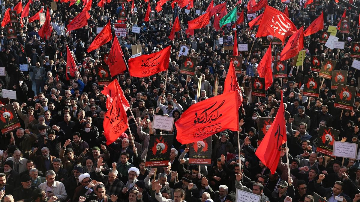 Iranian demonstrators chant slogans and hold anti-Saudi placards and flags during a rally to protest the execution by Saudi Arabia of Sheikh Nimr al-Nimr, a Saudi Shiite cleric, by Saudi Arabia (Photo: AP)