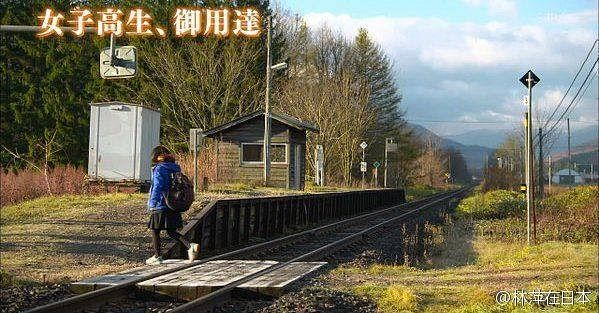 "The girl crossing the railway track. (Photo Courtesy: CCTV News' <a href=""https://www.facebook.com/cctvnewschina/posts/1109784289062390"">Facebook Page</a>)"