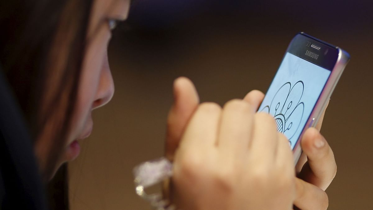 A woman tries out a Samsung Galaxy Note 5 at the company's headquarters in Seoul, South Korea. (Photo: Reuters)